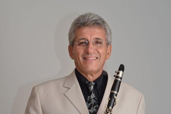 O maestro Roberto Bianchini, com 50 anos de carreira, comanda a orquestra (Priscila Marins/Divulgação)