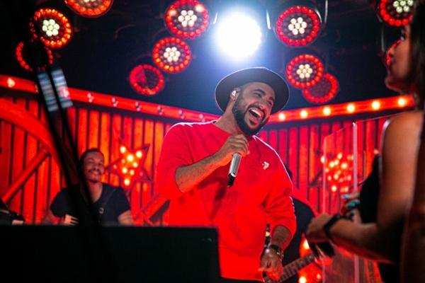 Saia Rodada teve em seu hit mais recente na música 'Bebe e vem me procurar' ( Patrick Gomes/Divulgação)