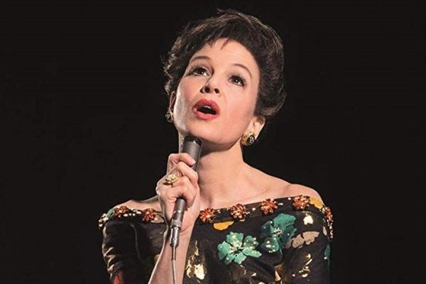 Enquanto não se revela nos palcos, Judy (Renée Zellweger) é sufocada pela avassaladora vida doméstica (BBC Films/Divulgação)