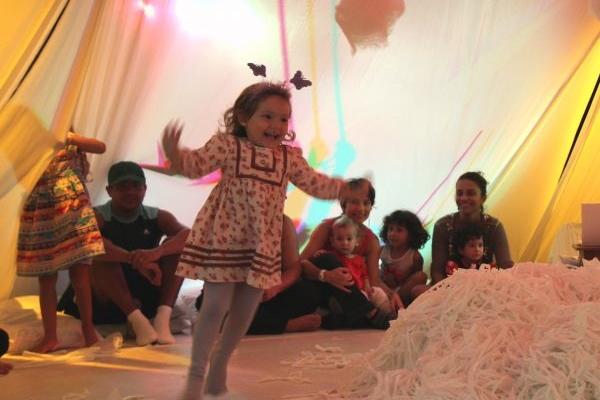 O espetáculo Voa faz parte da programação do festival Small Size Day (Guilherme Nabuco/Divulgação)