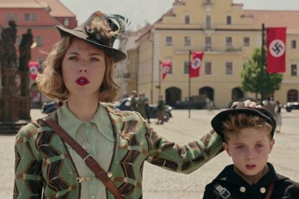 Mãe e filho em cena: brilham Scarlett Johansson e Roman Griffin Davis (TSGEntertainment/Divulgação)