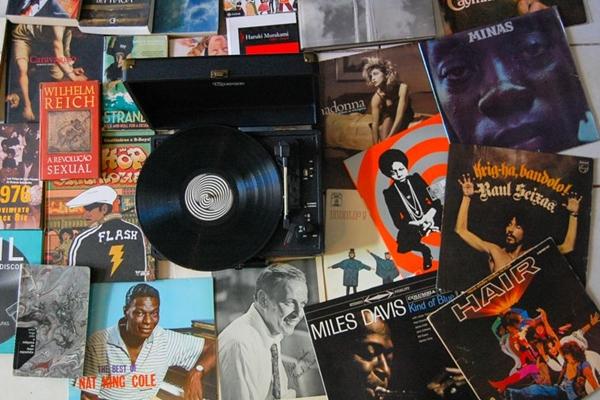 Som na vitrola! Há quase 10 anos que os discos de vinil voltaram ao gosto do público (Feira de vinil/Divulgação)