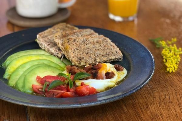 A fruta pode ser encontrada na salada e no café da manhã do Quanto Café (Ju Morgado/Divulgação)