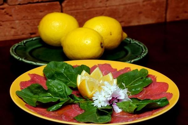 O carpaccio com molho de limão-siciliano é uma das deliciosas entradas no Limoncello (Antonio Cunha/CB/D.A Press)