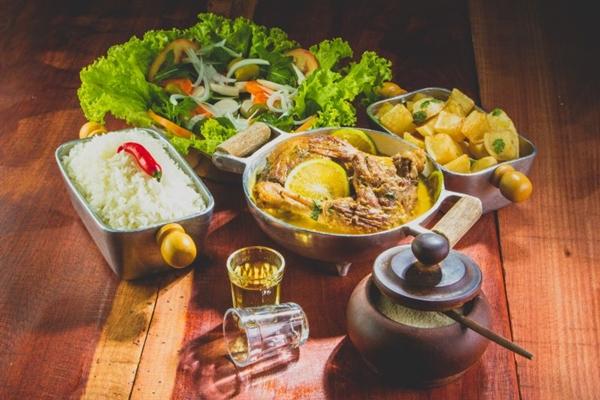O pato vai à mesa guarnecido de arroz branco, batata sauté e maionese à base de batatas e cenoura (Rodrigo Lopes/Divulgação)