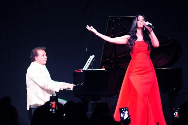 O maestro Eduardo Lages e a cantora Marina Elali interpretam os sucessos de Roberto Carlos (Valerio Ayres/CB/D.A Press)