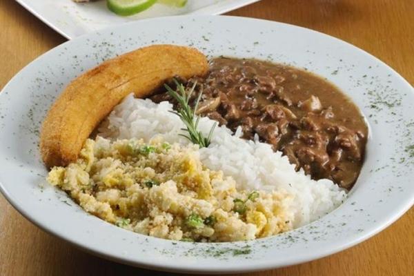 Picadinho carioca, com arroz branco, farofa com ovos e banana crocante do restaurante Rio Bistrô (Rio Bistrô/Divulgação)