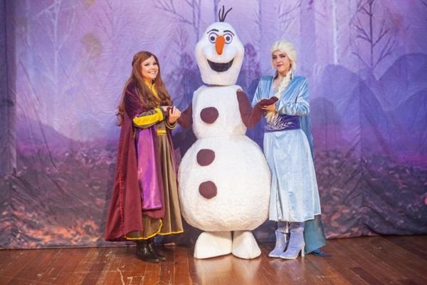 Como no filme, Elsa e Anna, crianças, descobrem suas raízes e aprendem sobre os poderes, mas a peça tem linguagem ainda mais acessível ( Cia Condoreira/Divulgação)