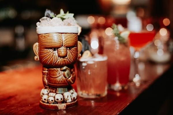Drinque Hawaiian Sunset, em homenagem à música de Elvis, tem sabor à base de rum (Rayan Ribeiro/Divulgação)