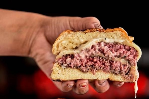O Ricco é uma das atrações gastronômicas do festival com o burger 'Eu que lute' (Arquivo Carnaval no Parque/Divulgação)