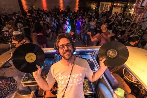 Cacai Nunes toca muito forró nos projetos CarnaVitrola 2020 (Randal Andrade/Divulgação)