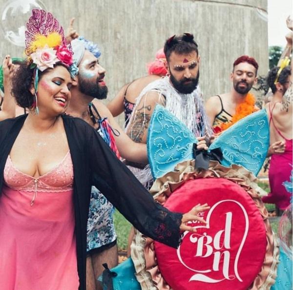 Babydoll de Nylon e Essa boquinha eu já beijei se apresentam no Birosca do Conic na ressaca de carnaval (BDN/Divulgação)