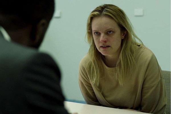 Elisabeth Moss defende um perturbador personagem no filme de Leigh Whannell (Universal Pictures/Divulgação)