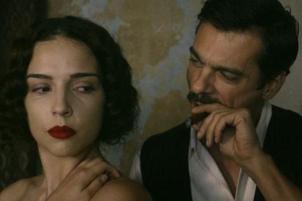 Personagens de Jacqueline Laurence e de Emílio Orciollo Netto reconstroem parte da história brasileira no filme de Alex Levy-Heller (Pipa Produções/Divulgação)