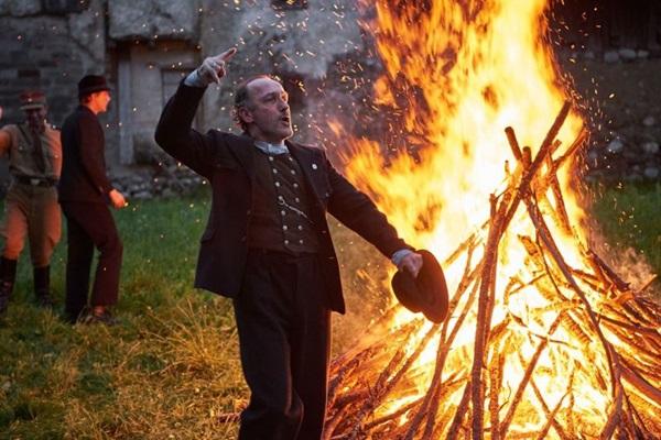 Em cena do martírio pelo qual passa o personagem Franz Jagerstatter, em 'Uma vida oculta', estão os atores August Diehl e Valerie Pachner (Fox Searchlight/Divulgação)