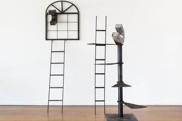O artista usa elementos como ferro, arame farpado e correntes para refletir sobre a história  (DingMusa/Divulgação)