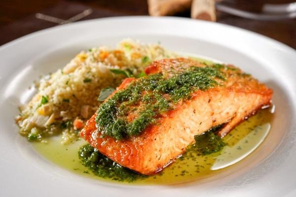 O salmão vem à mesa escoltado pelo cuzcuz marroquino de legumes e frutas secas (Ticiana Werner/Divulgação)