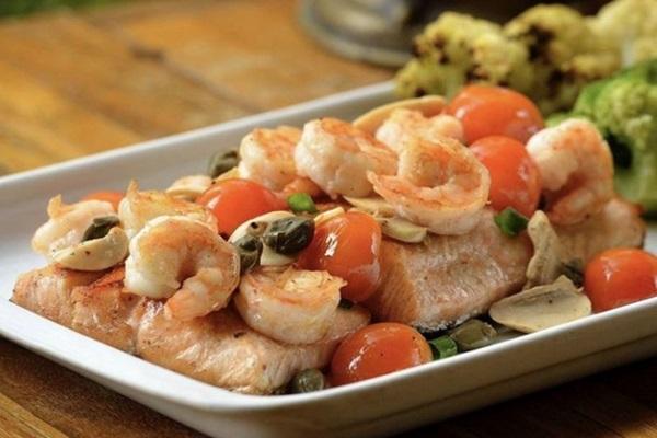 Servido na chapa, o mix de salmão grelhado com camarões salteados é sinônimo de leveza e sabor  ( Arquivo Pessoal)
