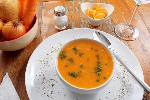 A sopa de legumes com frango agrada neste período detox pós-carnaval  (Sérgio Apolonio/Divulgação)