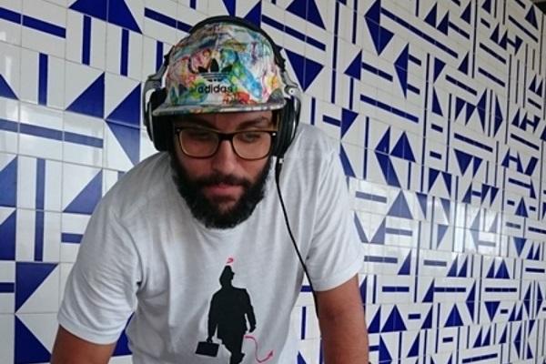 Dj Kaká Guimarães comandará o som da Feira Vibes (Arco & Flecha Entretenimento e Latitude 15/Divulgação)