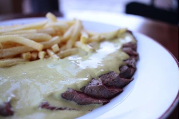 Restaurante L'entrecôte de Paris oferece prato único com suculento corte de entrecôte, molho secreto da casa e batata frita à vontade (Ana Rayssa/Esp. CB/D.A Press)