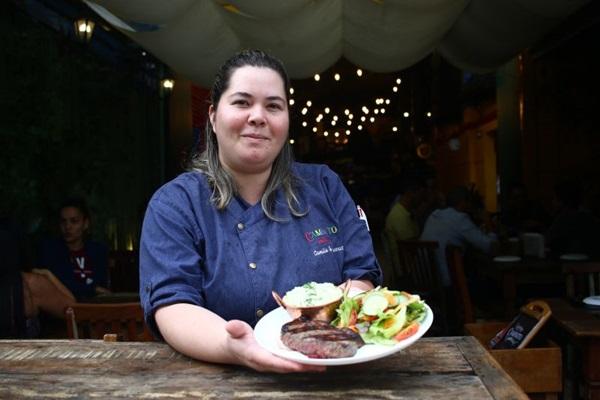 A chef Camila de Luccas sugere o bife de chorizo para os que vão aproveitar o executivo do Caminito Parrilla ( Ana Rayssa/CB/D.A Press)