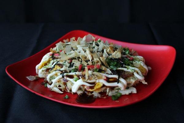 Prato Okonomiyaki é uma receita japonesa de panqueca frita à base de repolho, incrementada com bacon ou shimeji (Vide verso/Divulgação)