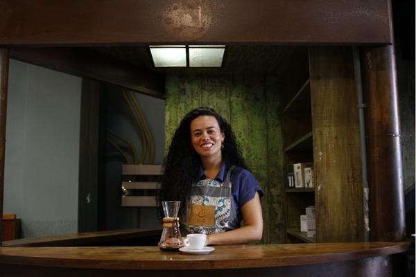 Maria Tereza Moulaz estudou a fundo o mercado de cafés especiais, e seus conhecimentos estão a serviço do Mercado do Café, no antigo Mercado Municipal  ( Ana Rayssa/CB/D.A Press)