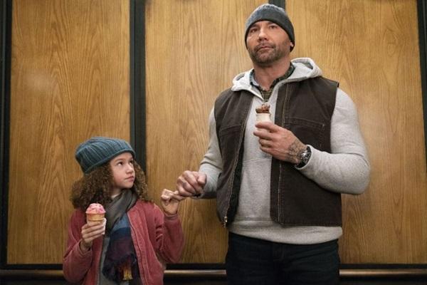 Dave Bautista e a atriz mirim Chloe Coleman protagonizam o filme (Diamond/Divulgação)