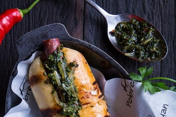 Com um sabor argentino, restaurante Pobre Juan investe em Choripan temperado com pimenta dedo-de-moça e molhos especiais da casa (Pobre Juan/Divulgação)