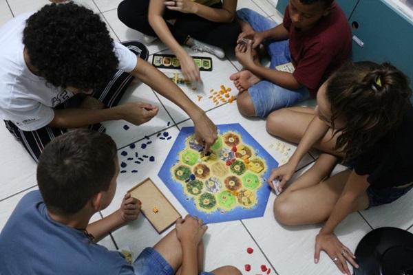 Confira uma lista de jogos e brincadeiras fáceis e acessíveis para crianças e adultos interagirem durante a reclusão (Isaac Mendes/Ludocriarte/Divulgação)